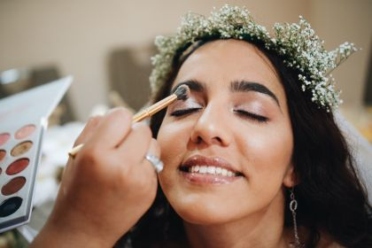 bride-applying-makeup_t20_zL1xAP.jpg